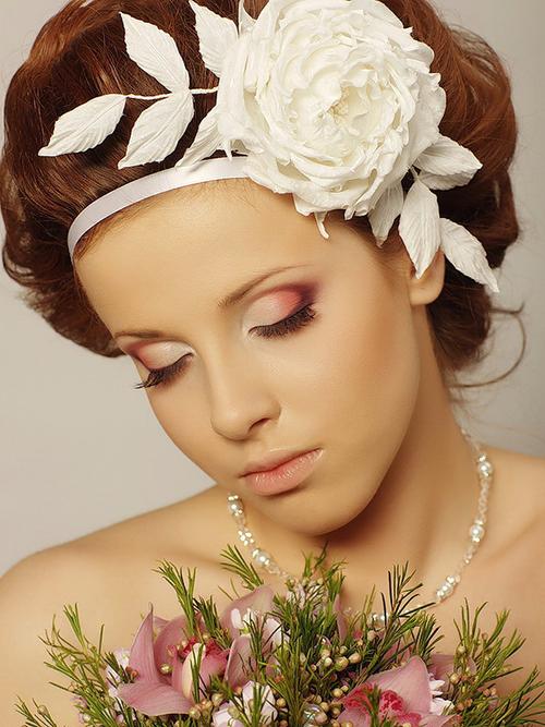 Поэтому следует уделить особое внимание спокойным оттенкам средств декоративной косметики для свадебного макияжа. Коралловые, бежевые и коричневые цвета