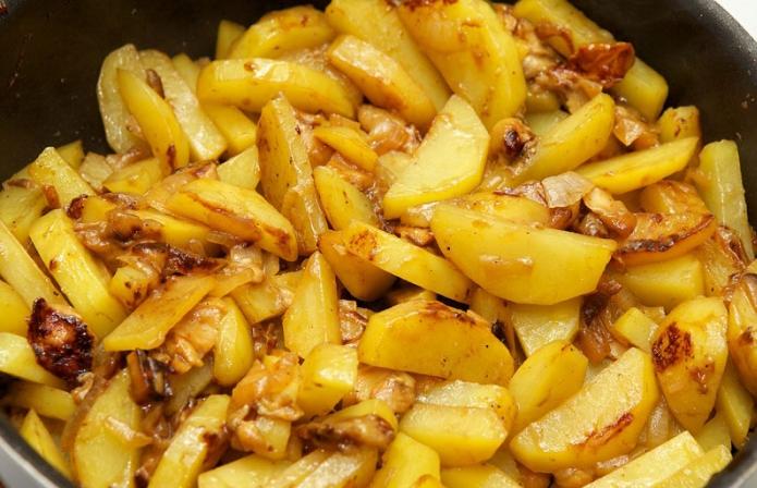 Пожарить картошку с грибами и луком