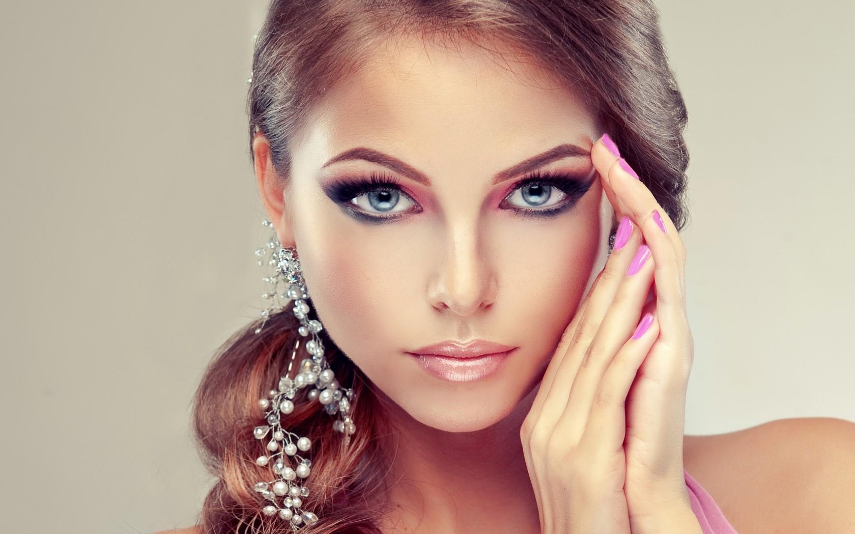 Самая красивая девушка в косметике