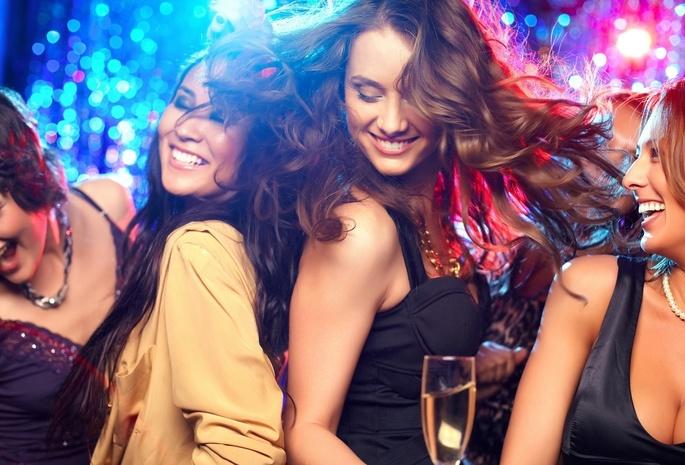телки танцуют в клубе