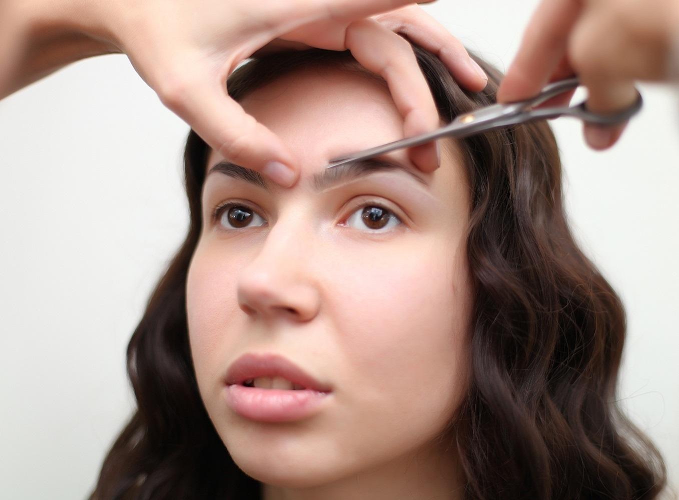 Чем подстричь брови в домашних условиях