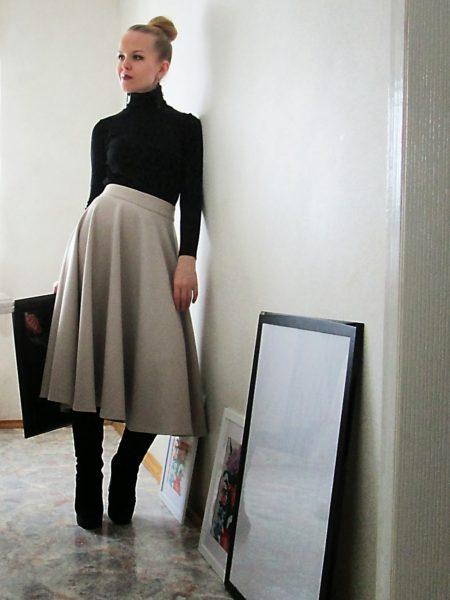 Девушка сушит юбку