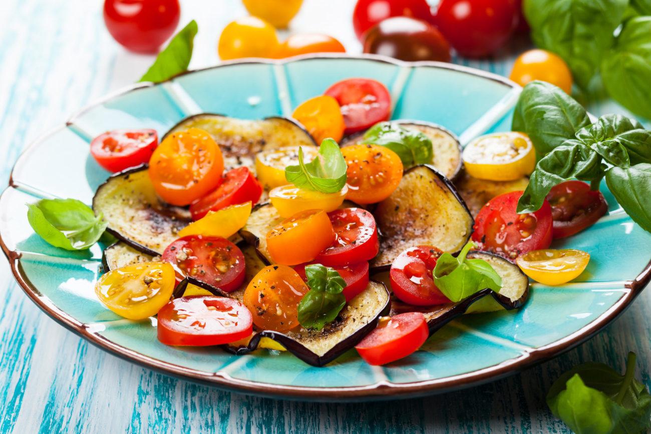 Запеченные баклажаны с помидорами салат