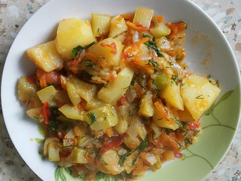 рагу овощное с капустой и с картошкой и кабачками и баклажанами