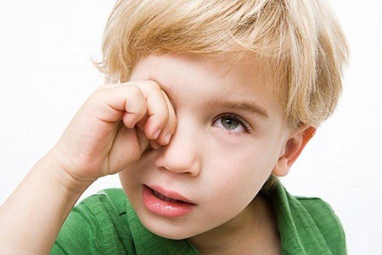 вызванного действием почему ребенок трет глазки перевод