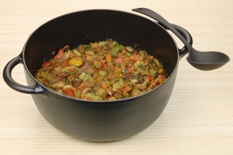 Овощное рагу с мясом в казане