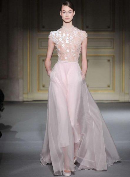 a727d1a2fb0a Полупрозрачный топ с цветами и шифоновая драпированная юбка в этой модели  свадебного платья смотрятся нежно и женственно. Кроме того, такой фасон  идеально ...