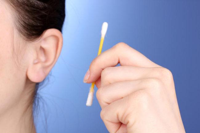 Как правильно чистить уши взрослому